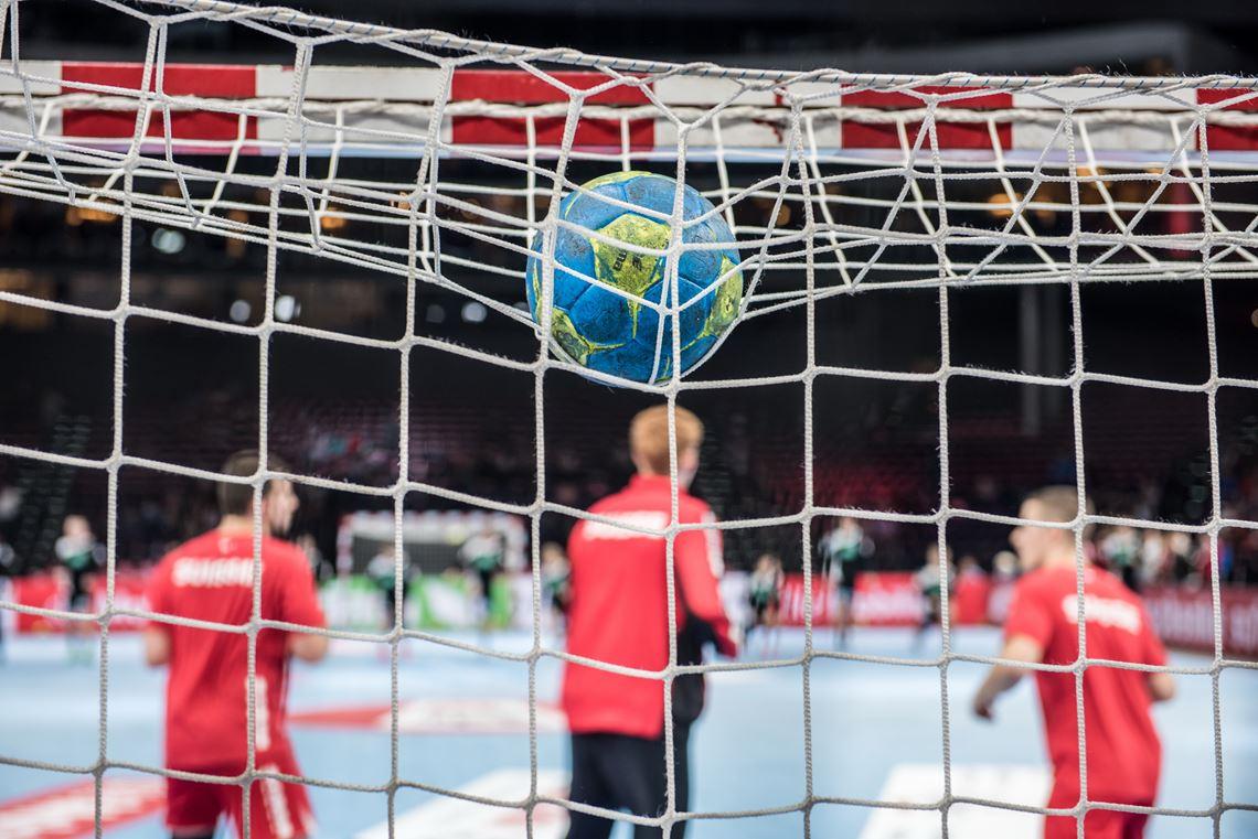 nationalmannschaft-symbolbild-ball-auf-dem-tor
