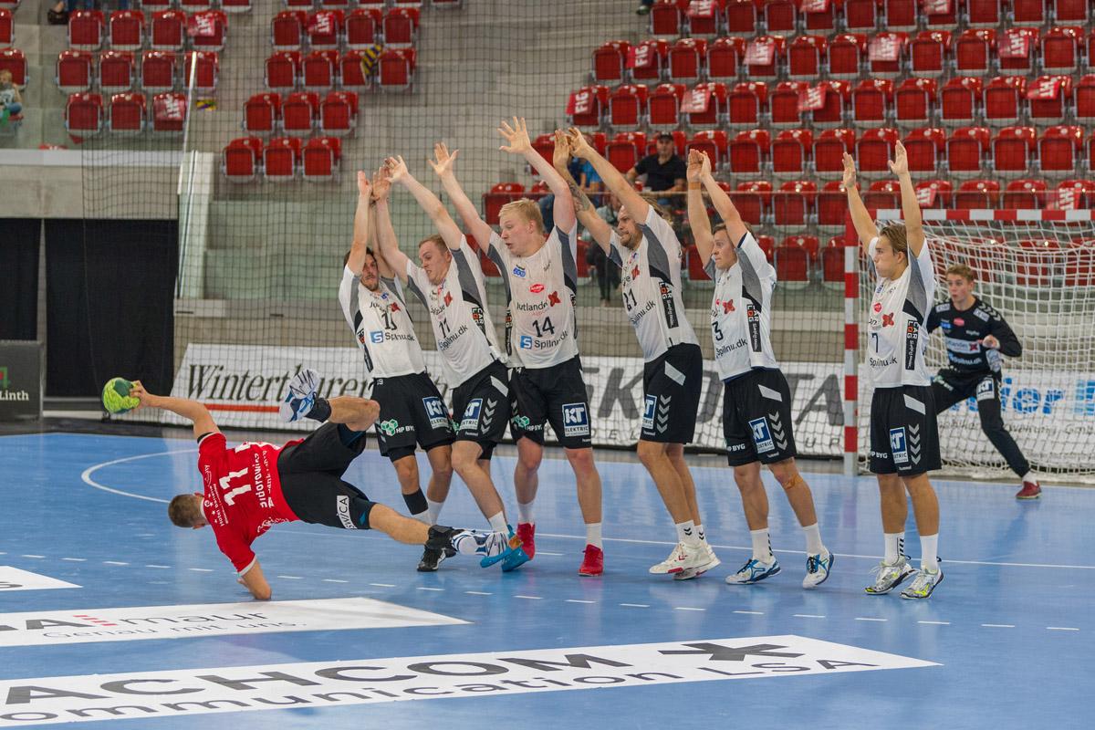 Pfadi vs_Aalborg-Handbold_Sidorowicz_Freistoss_Bild Deuring